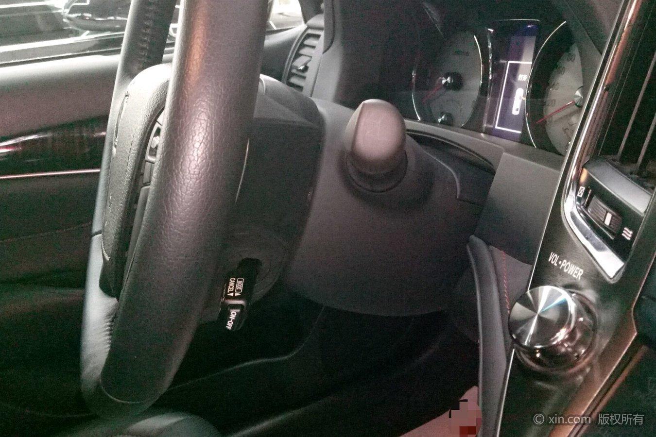 丰田皇冠方向盘右下配置
